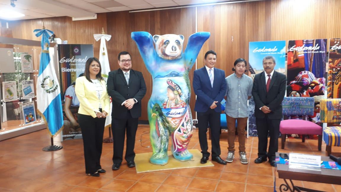 Autoridades del Inguat presentan el oso que los representará en la exposición United Buddy Bears durante el Festival del Centro Histórico. (Foto Prensa Libre: Eslly Melgarejo)