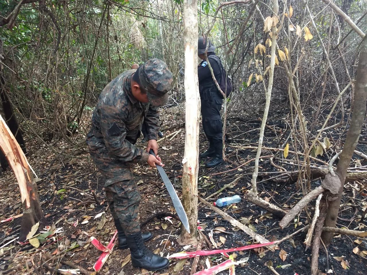 Militares que controlaban un incendio forestal descubrieron marcas en el área, que se presume indican los lugares que serían invadidos después de los siniestros. (Foto Prensa Libre: Ejército de Guatemala)