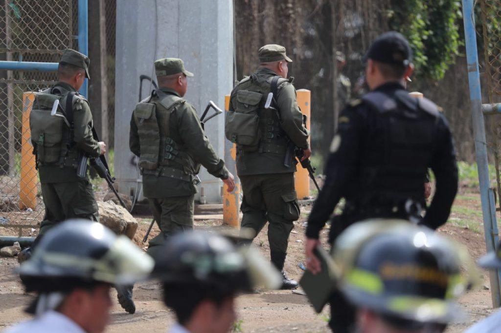 En las afueras de la granja de rehabilitación se encuentran fuerzas de seguridad y del Ejército de Guatemala. Foto Prensa Libre: Érick Ávila