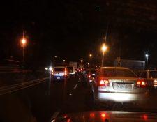 El paso de vehículos en el Anillo Periférico es complicado por un ataque armado en el puente El Incienso, el cual dejó un muerto y un herido. (Foto Prensa Libre: Miguel Barrientos)