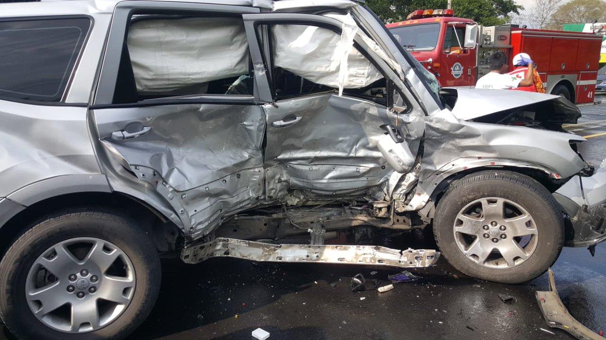 Una pareja falleció y un niño está gravemente herido durante un percance vial esta tarde en la carretera que conecta Chalchuapa y Santa Ana, El Salvador. Las víctimas viajaban en un automóvil con matrícula guatemalteca. (Foto Prensa Libre: Bomberos de El Salvador)