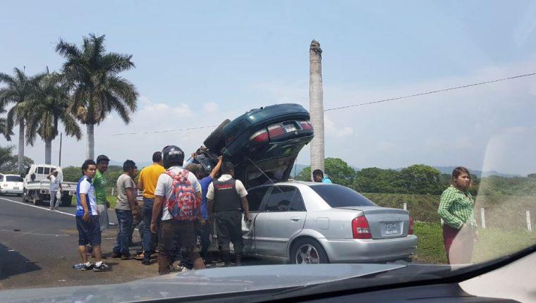 Accidente que ocurrió en el km 55 de la Autopista Palín-Escuintla, en donde una persona murió. (Foto Prensa Libre: