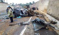 El impacto causó destrozos en el vehículo particular que quedó totalmente destruido. (Foto Prensa Libre: Víctor Chamalé)