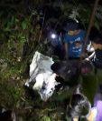 Varias personas buscan entre los matorrales el vehículo accidentado. (Foto Prensa Libre: Noticias del Norte de Huehuetenango)