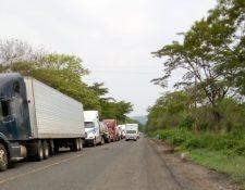 Las largas filas de vehículos con mercadería para pasar a El Salvador continuaba este fin de semana. (Foto Prensa Libre: Cortesía SAT)