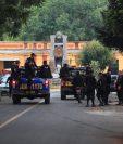 PNC se movilizó al Cementerio en busca de personas que ocasionaron la balacera. (Foto: Prensa Libre)