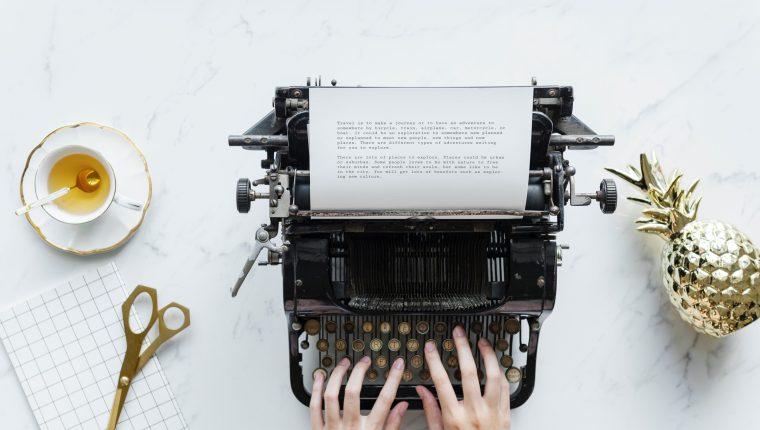 Estos jóvenes conocieron la escritura y ahora publican con dedicación (Foto Prensa Libre: Servicios / Pexels).