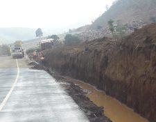 Aún hay agua emposada en zanjas donde operarios contruirán cunetas. (Foto Prensa Libre: Andrea Domínguez)