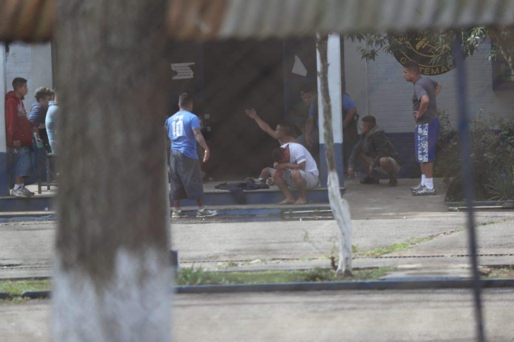 Adentro los reclusos indican que hay personas que están armadas y que siguen disparando. Foto Prensa Libre: Érick Ávila