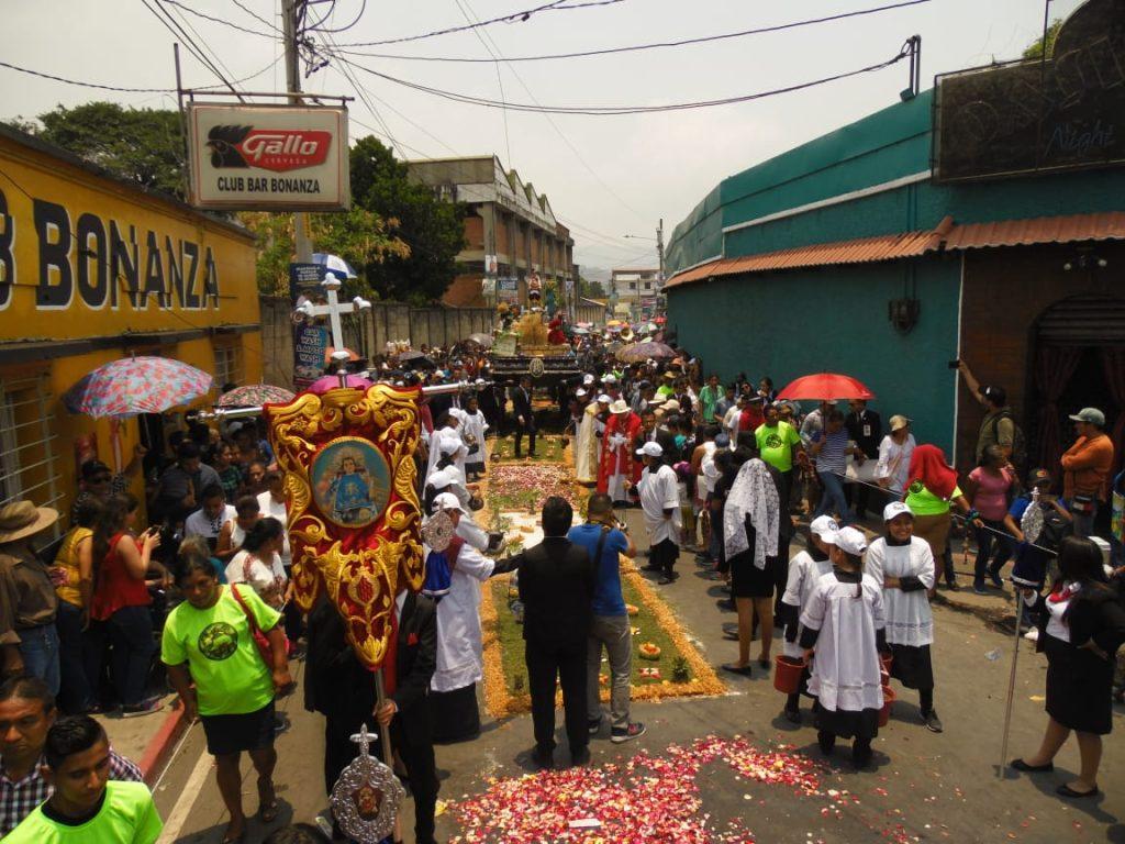 Se espera que el cortejo llegue a la Calle Real del Lago de Amatitlán e ingrese al campo de la feria a las 13:00 horas. Foto Prensa Libre: Néstor Galicia