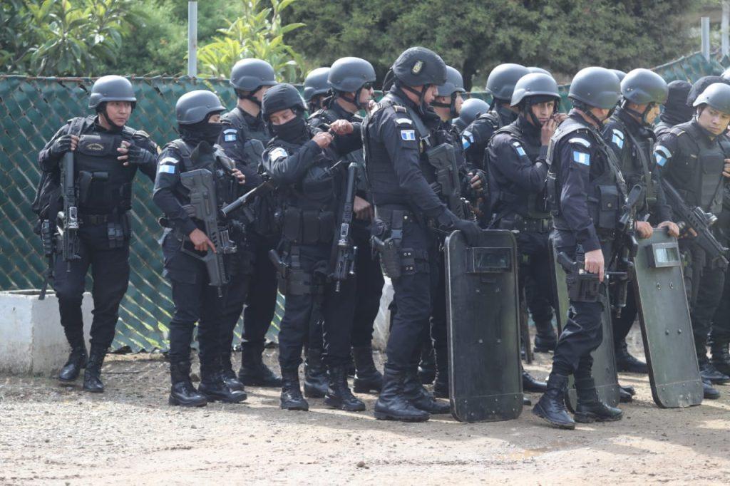 Grupos de reacción inmediata de la PNC también se mantienen afuera de Pavón. Foto Prensa Libre: Érick Ávila