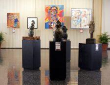 """Exposición de pinturas y esculturas Esencia del Colectivo Cinceles en la Sala de Exposiciones """"Carlos Mérida"""", del Banco de Guatemala.  (Foto Prensa Libre:  María Reneé Barrientos)."""
