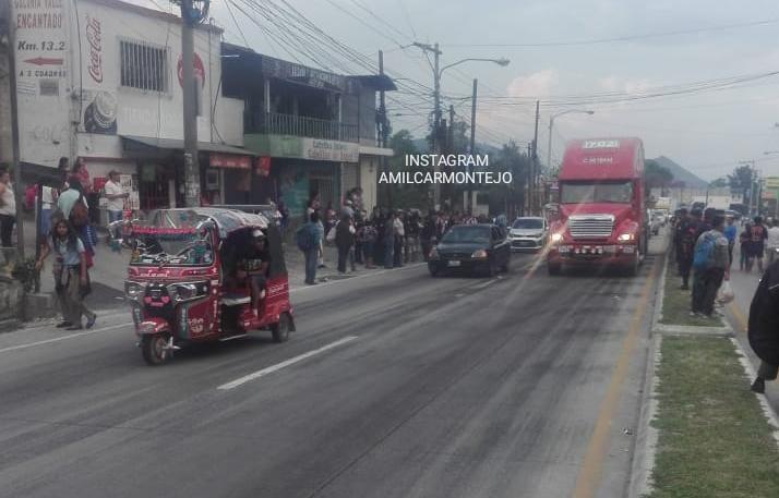 Punto del bloqueo en el kilómetro 13.5 ruta al Atlántico. (Foto Prensa Libre: Amílcar Montejo).