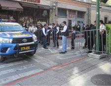 Fuerzas de seguridad permanecen en varios puntos realizando bloqueos del paso. (Foto Prensa Libre: Erick Ávila)