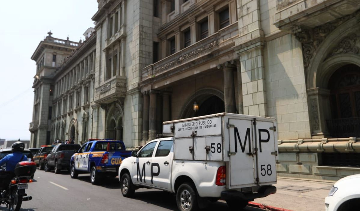 Fiscales del Ministerio Público se encuentran en el Palacio. (Foto Prensa Libre: Carlos Ovalle)