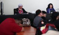 La jueza Patricia Bustamante lee el fallo contra banda de estafadores por internet. (Foto Prensa Libre: Carlos Hernández)