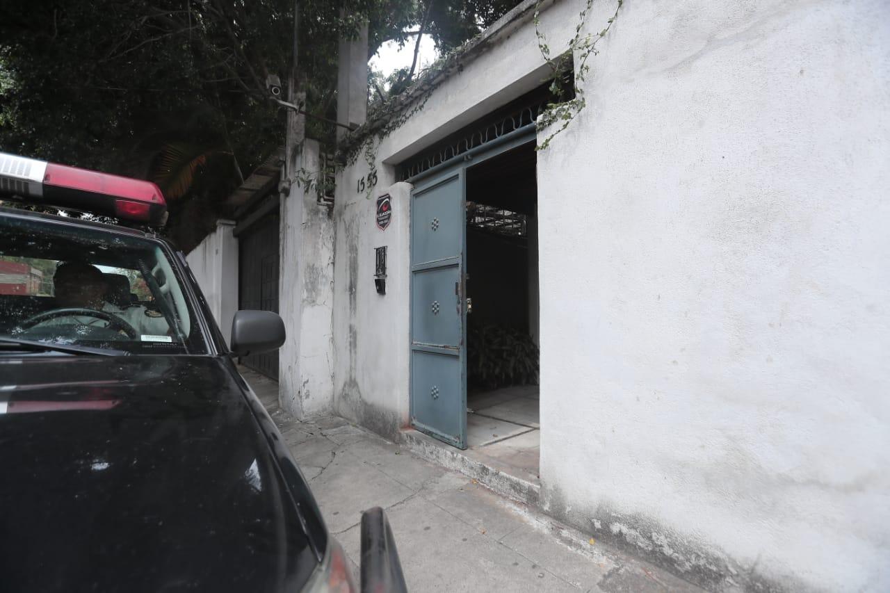 Una vivienda en la 9a. avenida, 15-55, zona 10, fue allanada. (Foto Prensa Libre: Juan Diego González)