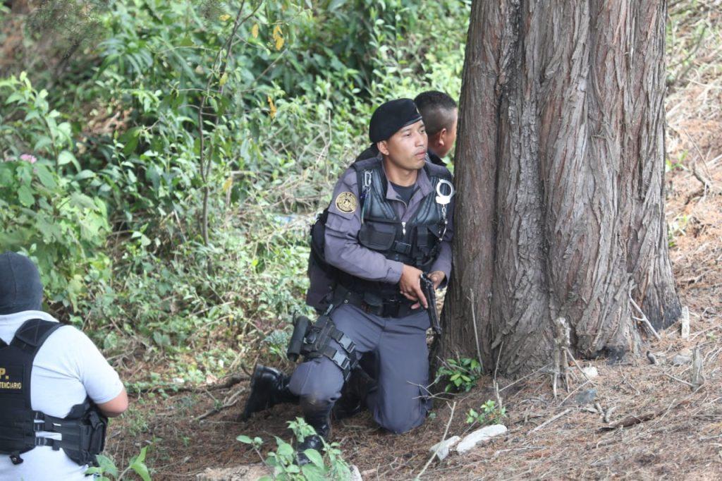 Los elementos de seguridad permanecen alerta en los alrededores. Foto Prensa Libre: Érick Ávila