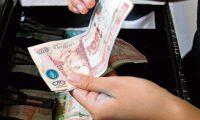 El pago del Bono 14 a los trabajadores del sector público y privado, debe realizarse antes del 15 de julio y equivale a un salario nominal. El ministerio de Educación, recibirá más de Q700 millones para hacer efectivo el pago. (Foto Prensa Libre: Hemeroteca)