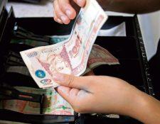 La recepción de remesas aumentará en US$100 millones más de lo previsto y se espera que al cierre del año alcancen US$10 mil 100 millones. (Foto Prensa Libre: Hemeroteca)