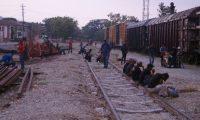 Migrantes centroamericanos descansan sobre vías de tren, el 3 de mayo de 2019, en su travesía por territorio mexicano para lograr el objetivo de llegar a la frontera con Estados Unidos, en Arriaga (México). (Foto Prensa Libre: EFE/Archivo)