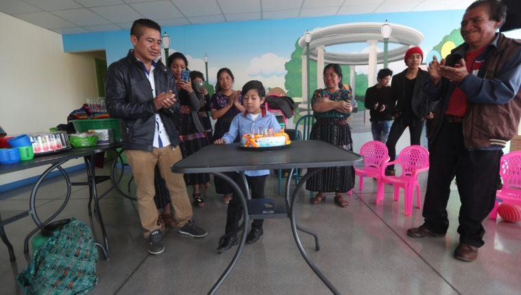 Familiares de Chris celebraron su cumpleaños el lunes 20 de mayo de este año en las clínicas de Ayuvi Occidente. (Foto Prensa Libre: María Longo)