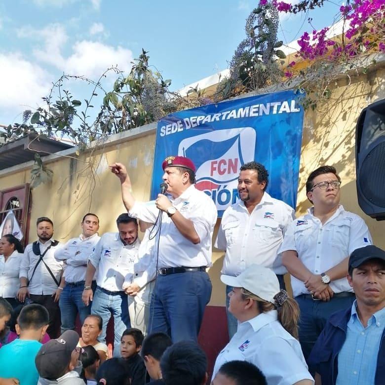 El candidato a alcalde de San Pedro Ayampuc, Erik Allen participa en una actividad del partido junto al candidato presidencial Estuardo Galdámez y candiatos de FCN-Nación. (Foto Prensa Libre: cortesía)