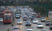 Para los viernes lluviosos con tanta congestión vehicular es mejor esperar en lugares agradables. (Foto Prensa Libre: Hemeroteca PL)