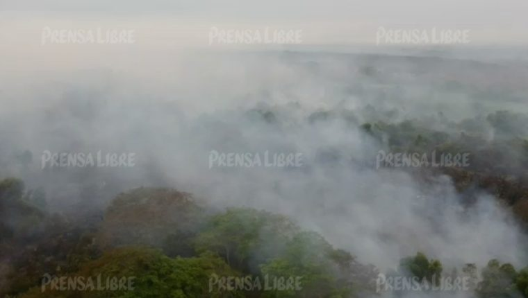 Un incendio forestal consume manglares de Retalhuleu. (Foto Prensa Libre con drone: Rolando Miranda)