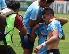 Los jugadores de Sanarate celebran después de evitar el descenso a la Primera División al empatar contra Xelajú MC. (Foto Prensa Libre: Raúl Juárez).