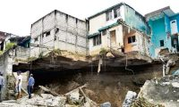 En San Miguel Petapa 5 viviendas cayeron anoche al rÌo platanitos, mientras que otras veinte se encuentran en riesgo, en el sector 2 y 4 de Villa Hermosa 1, zona 7 de San Miguel Petapa. FotografÌa Erick Avila