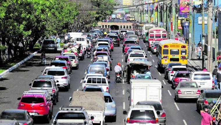 La calzada Roosevelt es una de las vías en donde más contaminación hay por el exceso de vehículos que circulan, según Flatbox. (Foto Prensa Libre: Hemeroteca PL)