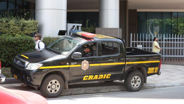 FECI y CICIG realizaron allanamientos en un edificio de la zona 9 en busca de más información de Alejandro Sinibaldi. Foto Prensa Libre Raúl Juárez