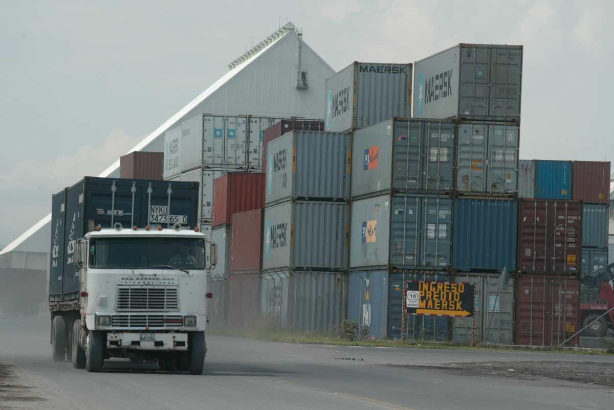 El muelle comercial de EPQ atiende carga a granel y contenerizada.  (Foto Prensa Libre: Hemeroteca)