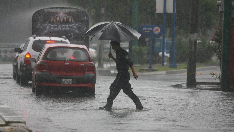 Los atascos durante la lluvia también son provocados por las malas condiciones de los automóviles, según autoridades de tránsito. (Foto Prensa Libre: Hemeroteca PL)