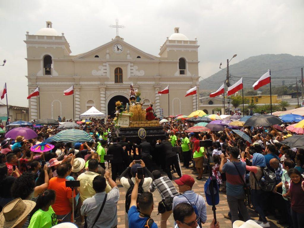 La procesión salió de la parroquia San Juan Bautista a las 11 de la mañana. Foto Prensa Libre: Néstor Galicia