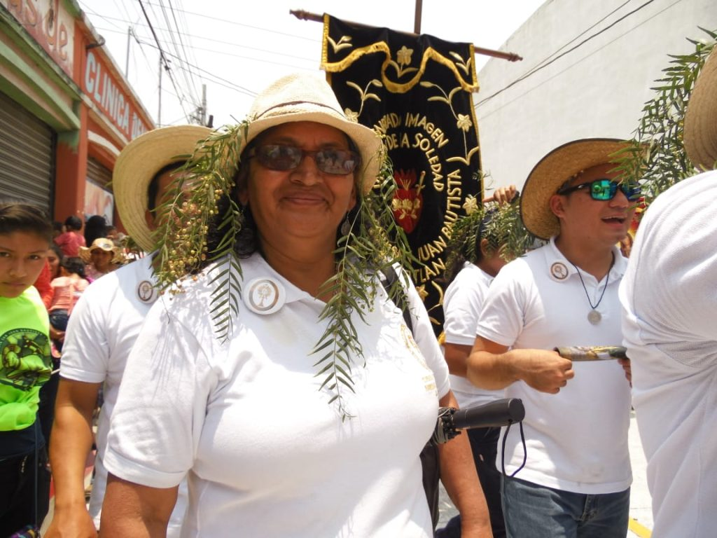 Las personas utilizan sombreros con hojas de pimiento, esto es una característica de la romería hacia Amatitlán. Foto Prensa Libre: Néstor Galicia