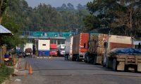 Alrededor de 150 vehiculos de carga con mercadería permanecen en espera en la frontera Corinto entre Guatemala y Honduras.