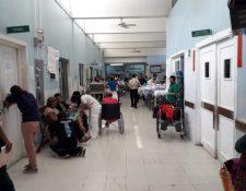 La afluencia de pacientes que ingresan a la emergencia del Hospital Roosevelt, pues ahora se atienden únicamente los casos que realmente son urgentes. (Foto Prensa Libre: Ana Lucía Ola)