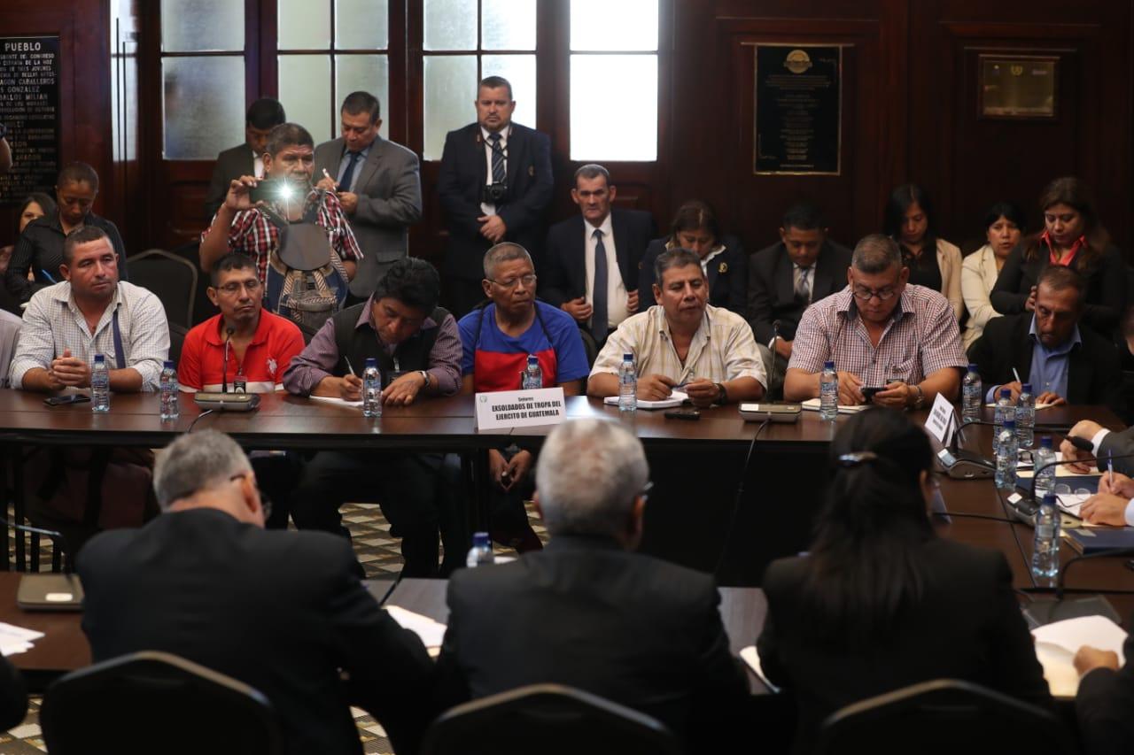Dirigentes de los militares retirados, durante la reunión con diputados. (Foto Prensa Libre: Érick Ávila)
