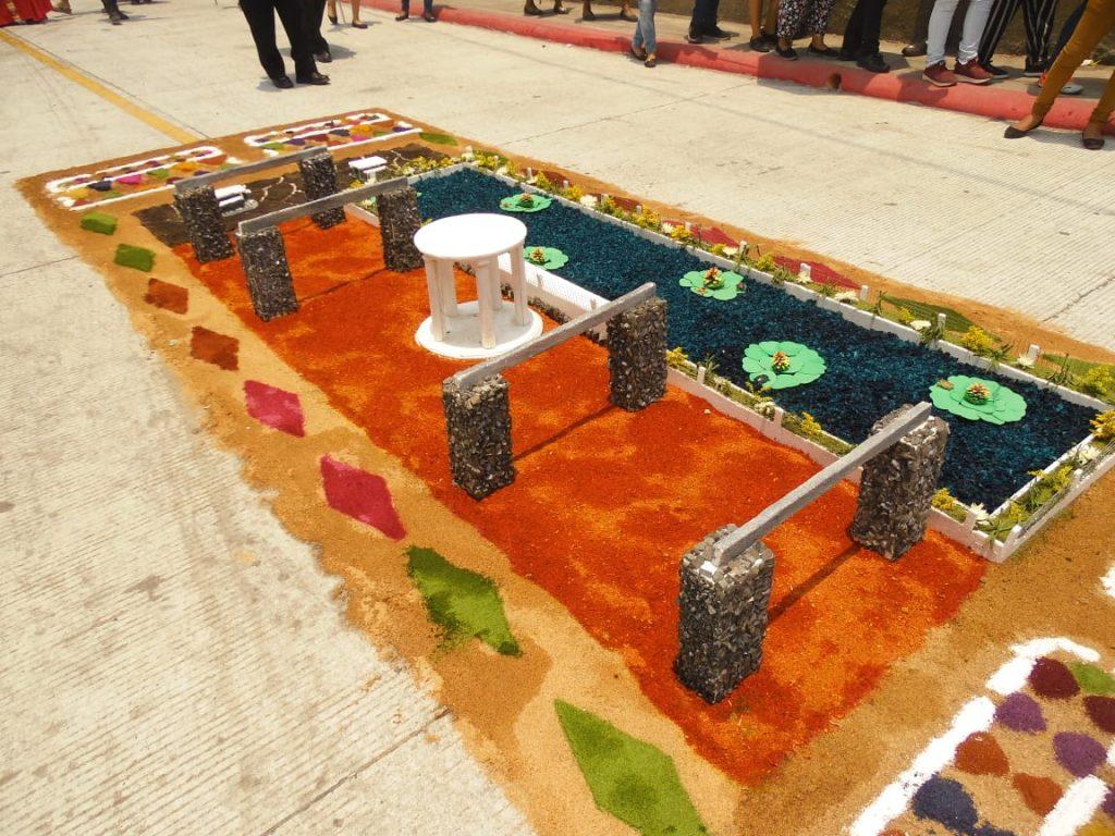Los detalles de las alfombras llaman la atención de los turistas que participan en la procesión y la romería hacia Amatitlán. Foto Prensa Libre: Néstor Galicia