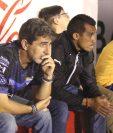 El entrenador Fabricio Benítez luce desconsolado tras la eliminación de su equipo Cobán Imperial. (Foto Prensa Libre: Eduardo Sam Chun)