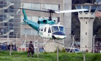 """AME3841. BOGOTÁ (COLOMBIA), 17/05/2019.- Un helicóptero de la Policía despega desde la cárcel La Picota con el exjefe guerrillero """"Jesús Santrich"""" (al interior) para trasladarlo a la sede principal de la Fiscalía luego de su recaptura este viernes, en Bogotá (Colombia). Santrich fue retirado hoy de la cárcel bogotana de La Picota en un helicóptero de la Policía colombiana que aterrizó en el patio de la prisión minutos después de que el exguerrillero fuera liberado y a continuación recapturado. Santrich, que alcanzó a traspasar la puerta principal de la cárcel sentado en una silla de ruedas, fue recapturado enseguida por agentes del Cuerpo Técnico de Investigación (CTI) de la Fiscalía y, tras ser devuelto a La Picota, se le subió al helicóptero policial que despegó, según fuentes oficiales, hacia el búnker de la Fiscalía en la capital colombiana. EFE/Mauricio Dueña Castañeda"""