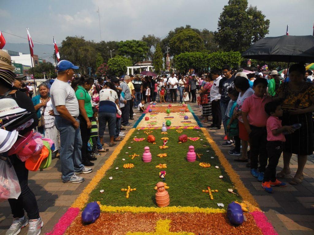 El cortejo recorre las calles aledañas a la iglesia y las personas realizan alfombras de aserrín para agradecer las bendiciones recibidas. Foto Prensa Libre: Néstor Galicia