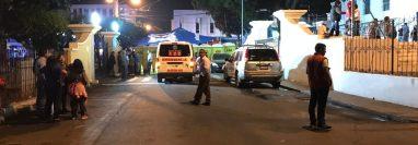 Un ataque armado dejo una persona muerta en las gradas de la Iglesia Católica ubicada en el parque central de la zona 1 de Mixco. (Foto Prensa Libre: José Manuel López Rivera)