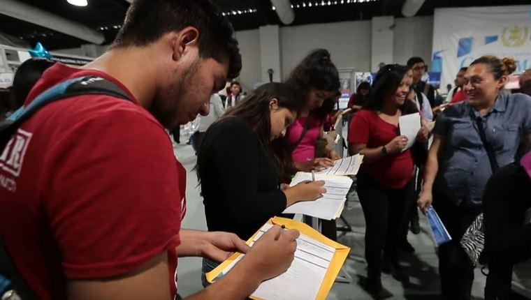 En los programas económicos de la UNE y Vamos se promueve la generación de empleo por medio de la atracción de inversiones locales y extranjeras. (Foto Prensa Libre: Hemeroteca)