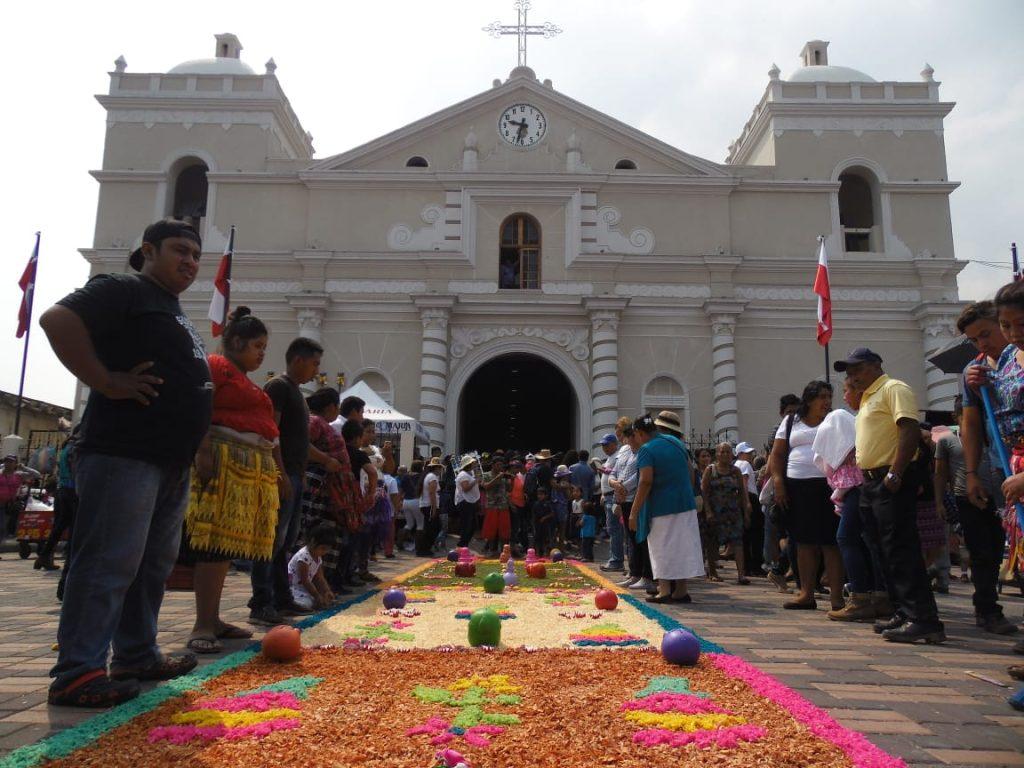 Decenas de personas se aproximaron esta mañana a la parroquia San Juan Bautista en Amtitlán. Foto Prensa Libre: Néstor Galicia