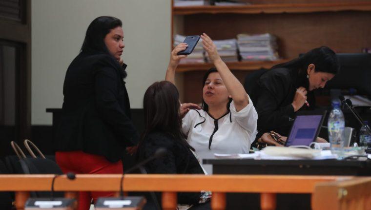 Las fiscales Suleisy Magdalena Gutiérrez, Saidi Leticia Guerra Samayoa y Katy Maritza Hernández Gálvez, durante un receso de la audiencia. (Foto Prensa Libre: Érick Ávila)