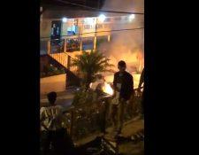 Disturbios frente a la sede policial de Fraijanes. (Foto Prensa Libre: Facebook)