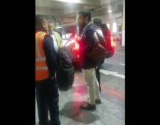 Captura del video en donde Argueta llama la atención al guardia de seguridad. (Foto: Twitter)